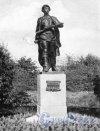 Статуя Героя Советского Союза Александра Матросова в Московском парке Победы. Фотоальбом «Ленинград», 1959 г.