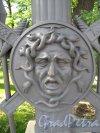 Летний сад. «Медуза Горгона». Медальон на столбе ограды со стороны наб. р. Мойки. Фото июнь 2012 г.