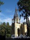 Шуваловский парк. д. 41, лит. А. Церковь Святых Апостолов Петра и Павла. Вид от въездных ворот. Фото сентябрь 2011 г.