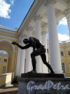 Александровский Дворец (Пушкин). Колоннада. Статуя у входа «Юноша, играющий в бабки» ск. Н.С. Пименов. Фото май 2012 г.