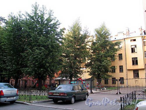 Сквер с детской площадкой перед домом 34 по Можайской улице. Фото август 2010 г.