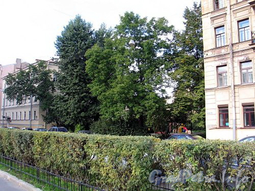 Сквер с детской площадкой перед домом 5 по Петрозаводской улице. Фото сентябрь 2010 г.