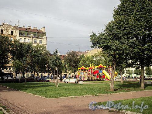 Сквер с детской площадкой, ограниченный Соляным переулком, Гагаринской и Гангутской улицами. Фото сентябрь 2010 г.