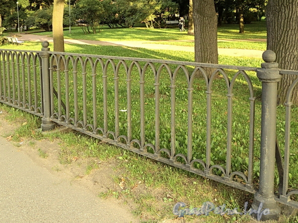 Фрагмент ограждения Вяземского сада. Фото сентябрь 2010 г.