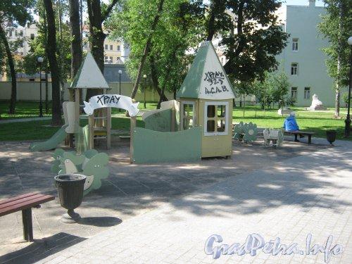 Сквер имени Андрея Петрова. Детская площадка на территории сквера. Фото 7 июля 2012 г.