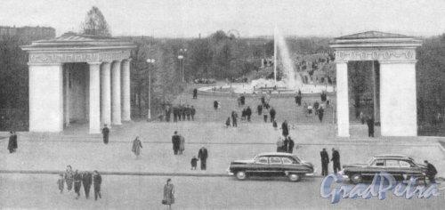 Центральный вход в Московский Парк Победы со стороны площади Чернышевского. Фотоальбом «Ленинград», 1959 г.