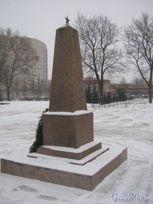 Сквер N 8122 у к/т «Рубеж» (на нечётной стороне пр. Ветеранов от ул. Добровольцев до ул. Партизана Германа). Обелиск в центральной части сквера. Фото 6 января 2013 г.