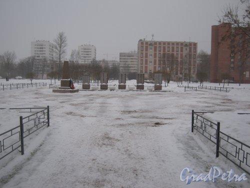 Сквер N 8122 у к/т «Рубеж» (на нечётной стороне пр. Ветеранов от ул. Добровольцев до ул. Партизана Германа). Памятник в центральной части сквера. Фото 6 января 2013 г.