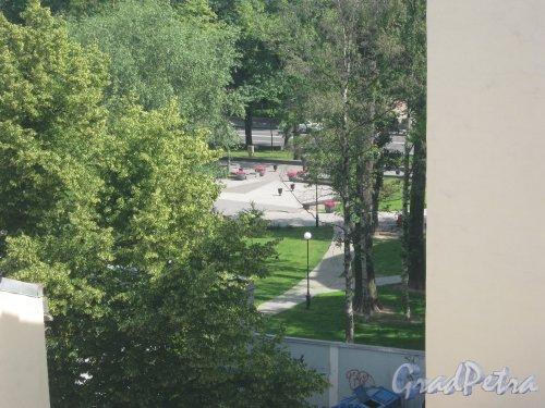 Сад Андрея Петрова. Вид из окна парадной дома 29/37 по Кронверкской ул. Фото 7 июля 2012 г.