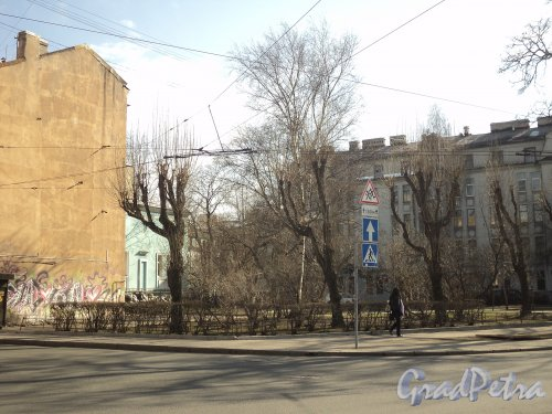 Сквер без названия № 13065  на пересечении Левашовского проспекта и Подрезовой улицы. Фото апрель 2011 г.