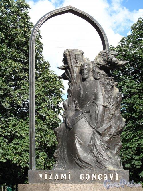 Сквер Низами. Памятник Низами Галеви. фото июль 2012 г.