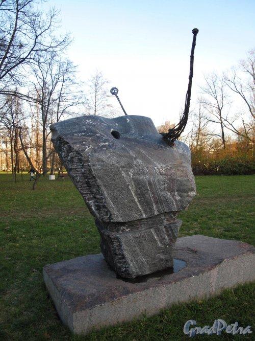 Малоохтинский сад. Скульптура «Дали созерцающий». Ск. А. Е. Фатхулина. фото ноябрь 2012 г.