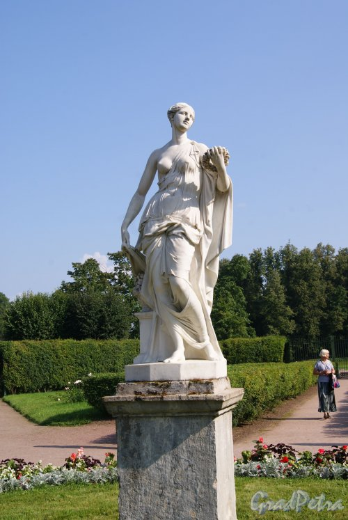 Гатчинский (Дворцовый) парк. Собственный садик. Статуя Флоры, Фото август 2013 г.
