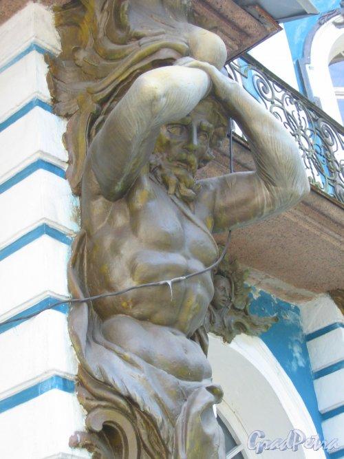 г. Пушкин, Садовая ул, дом 9. Большой Екатерининский дворец. Фрагмент отделки фасада Атлант. Фото август 2005 г.