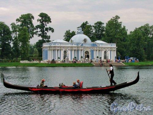 "Екатерининский парк (г. Пушкин). Большой пруд и Павильон ""Грот"". Фото август 2005 г."