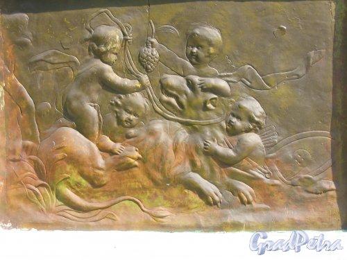 Екатерининский парк (г. Пушкин). Павильон Эрмитаж. Настенный барельеф. Фото август 2005 г.