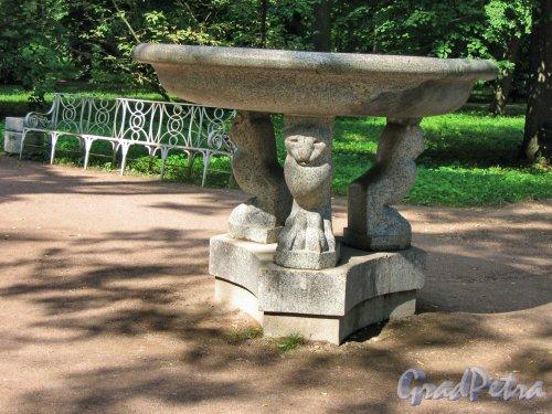 Екатерининский парк (г. Пушкин). Павильон Эрмитаж. Декоративная ваза. Фото август 2005 г.