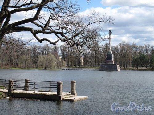 Екатерининский парк (г. Пушкин). Пристань и Чесменская колонна. Фото май 2012 г.
