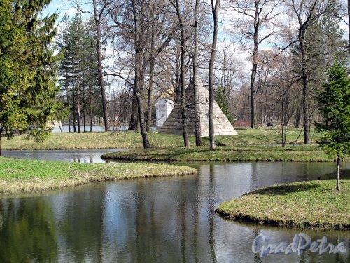 Екатерининский парк (г. Пушкин). Пейзажный парк. Район Лебяжьих прудов. Пирамида. Фото май 2012 г.