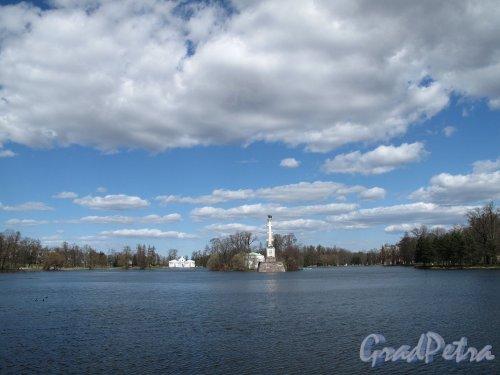 Екатерининский парк (г. Пушкин). Большой пруд, Чесменская колонна и павильон Грот. Фото май 2012 г.