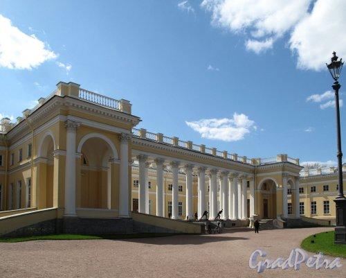 Александровский парк (г. Пушкин). Александровский Дворец со стороны колоннады. Фото май 2012 г.