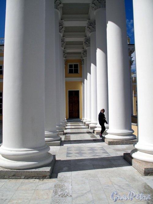 Александровский парк (г. Пушкин). Александровский Дворец. Колоннада. Фото май 2012 г.