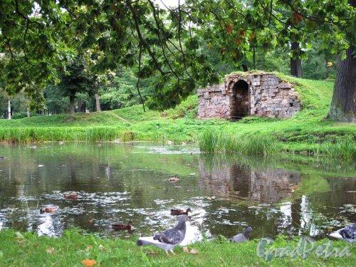 Орловский парк (Стрельна). Пруд и садовый павильон.  Фото август 2009 г.