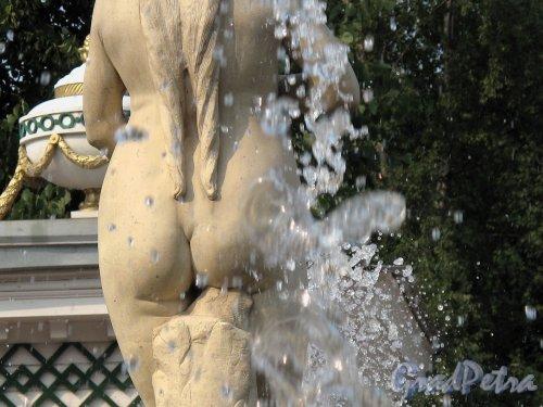 """Нижний парк (Петергоф). Марлинская аллея. Фонтан """"Ева"""". Фрагмент статуи. Фото август 2010 г."""