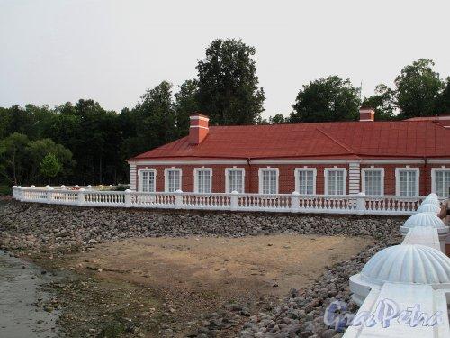 "Нижний парк (Петергоф). Дворец ""Монплезир"" боковое крыло. Вид со стороны морской галереи. Фото август 2010 г."