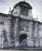 Кузнечный пер., д. 3. Здание Кузнечного рынка. Центральная часть фасада. Фото 1974 г. (из книги «Историческая застройка Санкт-Петербурга»)