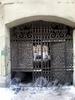 Угловой пер., д. 5. Доходный дом Н. И. Львовой. Решетка ворот. Фото февраль 2010 г.