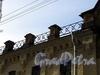 Казарменный пер., д. 1-3 (левый корпус). Здание комплекса построек Гренадерского полка. Решетка аттика. Фото апрель 2010 г.