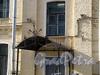 Казарменный пер., д. 1-3 (левый корпус). Здание комплекса построек Гренадерского полка. Козырек главного входа. Фото апрель 2010 г.