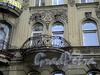 Бол. Казачий пер., д. 9. Доходный дом Зайцева (Ф. И. Кривдина). Фрагмент фасада с балконом. Фото май 2010 г.