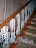 Гродненский пер., д. 11. Литые балясины перил лестницы. Фото апрель 2010 г.