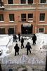 Климов пер., 8. Демонтаж балкона сотрудникамижКС-1. Фото 16 декабря 2010 года.