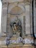 Соляной пер., д. 15. Женская статуя в нише левого ризалита. Фото август 2010 г.