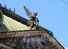Соляной пер., д. 15. Фигура Гения Славы над фронтоном здания. Фото август 2010 г.