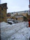 Иностранный пер, дом 6 (левый) и дом 4 (правый). Вид территории со стороны набережной Лейтенанта Шмидта. Фото 31 января 2013 года.