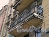 Заячий пер., д. 2/Суворовский пр., д. 51. Балкон на фасаде по Суворовскому проспекту Апрель 2009 г.