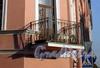 Транспортный пер., д. 6 / ул. Черняховского, д. 57. Бывший доходный дом. Решетка балкона. Фото октябрь 2009 г.