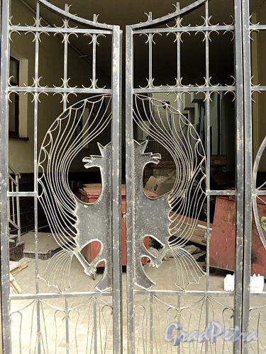 Бол. Казачий пер., д. 2. Фрагмент решетки ворот. Фото май 2010 г.