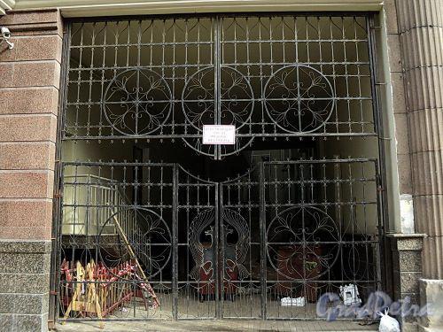 Бол. Казачий пер., д. 2. Решетка ворот. Фото май 2010 г.