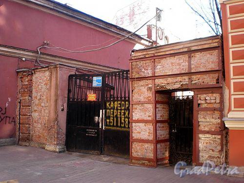 Гродненский пер., д. 9. Ограда с воротами между правым и левым корпусами. Фото апрель 2010 г.