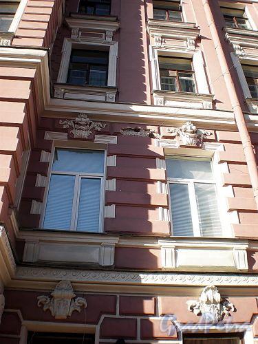 Гродненский пер., д. 14. Фрагмент фасада здания. Фото апрель 2010 г.