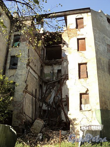 Дегтярный пер., д. 26. Дворовый флигель. Последствия самообрушения конструкций. Фото октябрь 2010 г.