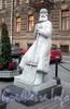 Памятник дворнику на площади Островского. Фото декабрь 2009 г.