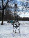 Пионерская пл., д. 1 Сквер. «Кресло мечтателя», 2003 г. Фото март 2012 г.