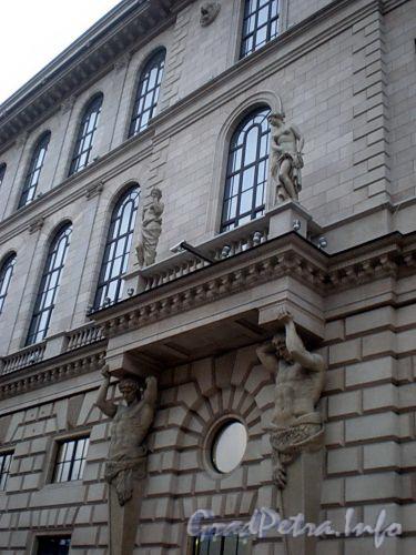 Пл. Островского, д. 2 А. Здание гостиницы. Скульптурная группа. Фото декабрь 2009 г.