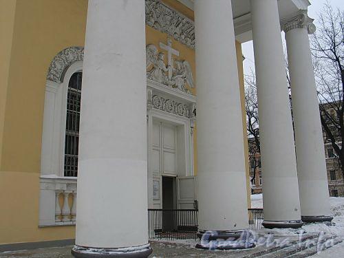 Преображенская пл., д. 1. Спасо-Преображенский собор. Колонны портика центрального входа. Фото февраль 2010 г.